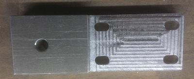 Une bride de fixation de l'écrou d'une des vis à bille des X