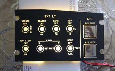Un panel posé sur la plaque de plexi éclairée sur champ